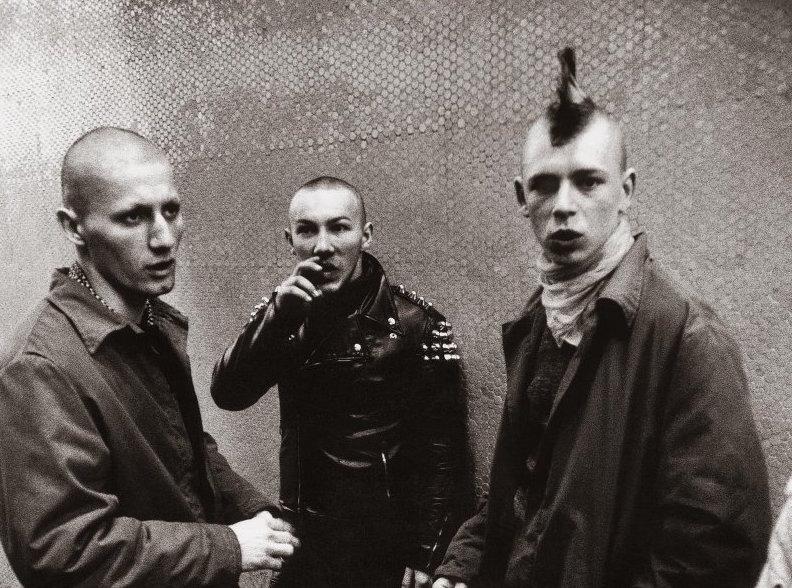 """""""A punk a hatalmi pozíciók ellen dolgozott"""" – Oltai Kata, kurátor"""