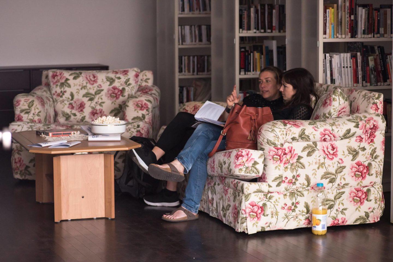 Közös tévézés a nappaliban. Teleport Galéria, Berlin