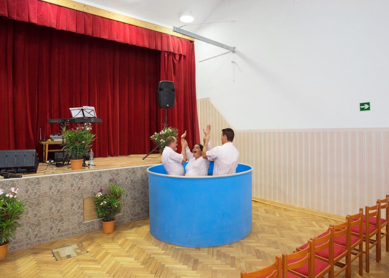 Hívek és megszentelt medencék.  Zellei Boglárka Éva fotói