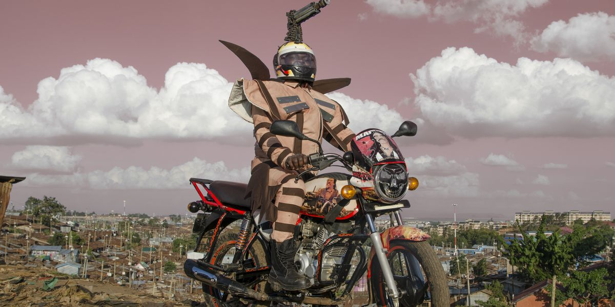 Jan Hoek: Machette. 2017, a Boda Boda Madness című sorozatból, in collaboration with Kenyan/Ugandan fashion designer Bobbin Case