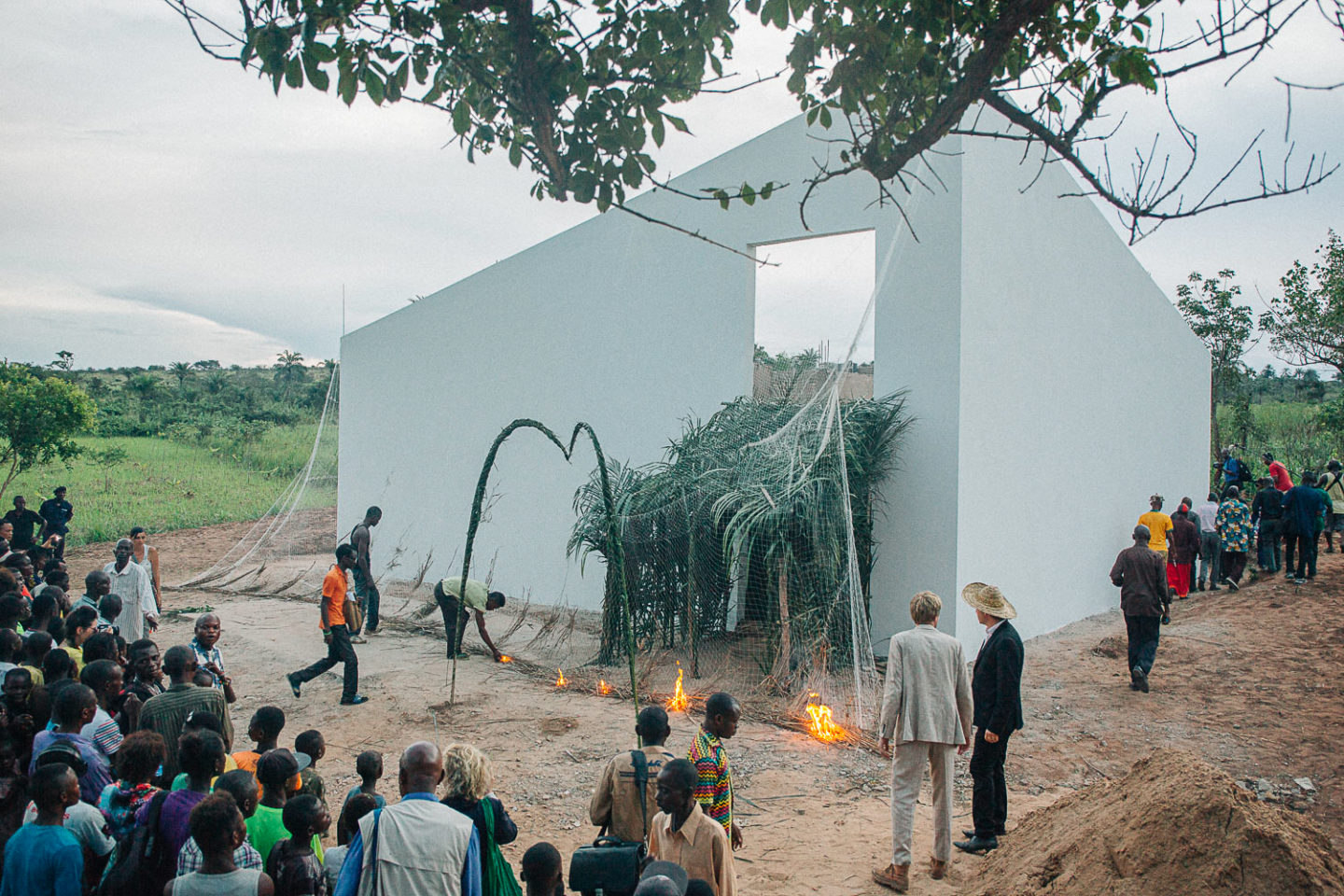 The repatriation of the White Cube, Lusanga, DR Congo, 2017. Fotó: Thomas Nolf. A White Cube című installációt David Gianotten tervezte és egy volt Unilever pálmaolaj ültetvényen építették fel.