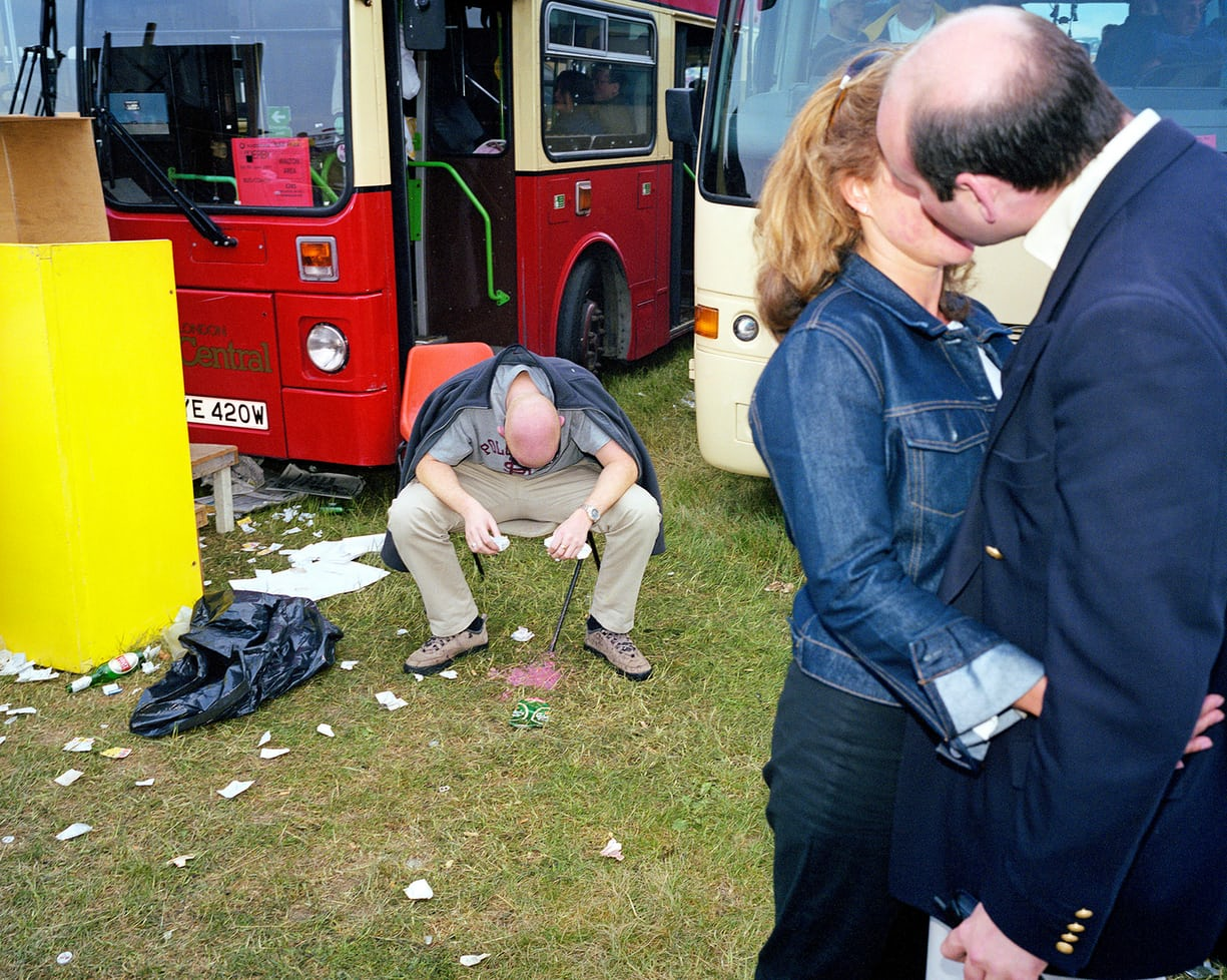 Peter Dench: Right amount, wrong amount … the car park on derby day at Epsom Downs racecourse, June 2001. Forrás: https://www.theguardian.com/artanddesign/2018/feb/07/peter-dench-best-photograph-epsom-derby
