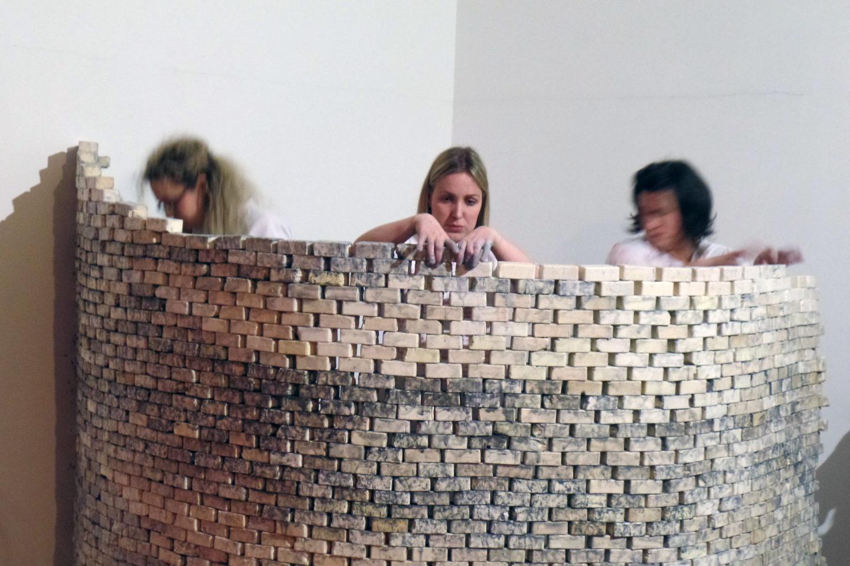 Kinek építettem? - A Lilith Öröksége művészcsoport performansza, Acb Attachment, 2018. Fotó: Várnagy Tibor