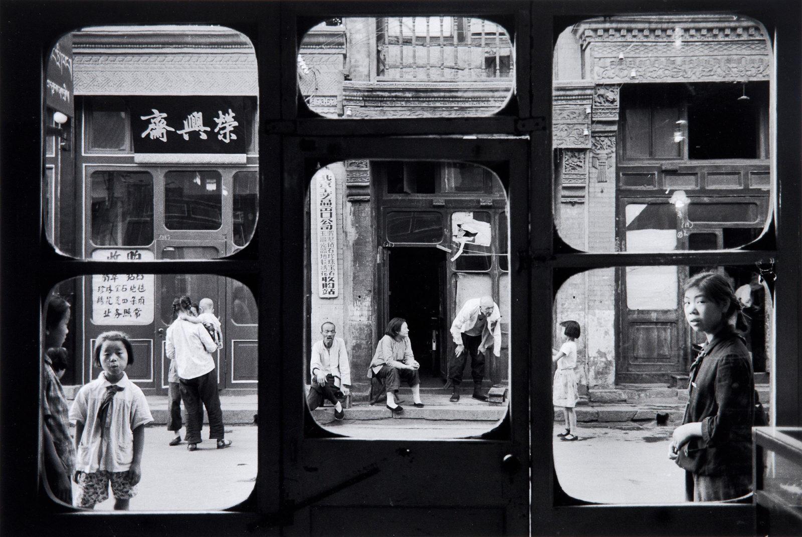 Marc Riboud: Antikvárium ablaka, Peking, 1965, gelatin silver print, a Month of Photography Bratislava 2018 jóvoltából