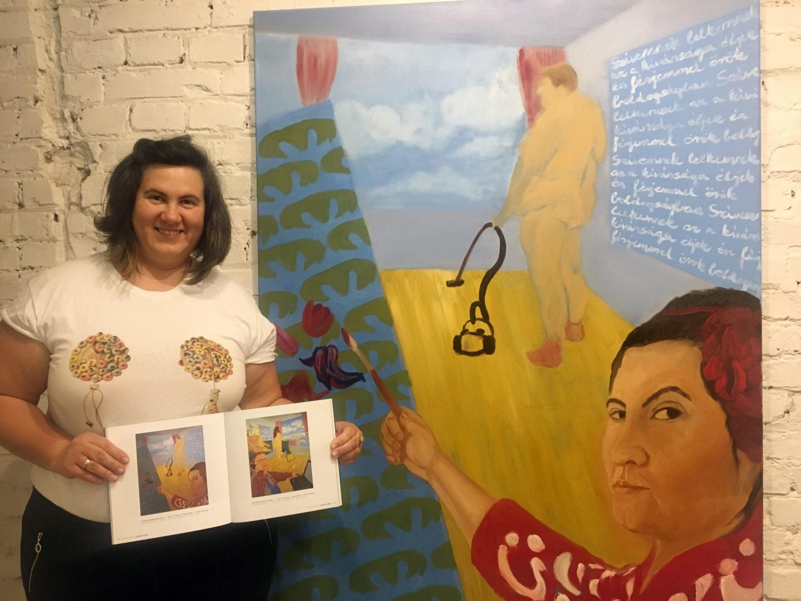 Fajgerné Dudás Andrea Kompromisszum I. című festménye előtt a Feri Feminista Galeriben, a My World, My Dreams... című kiállítás megnyitóján 2019, május