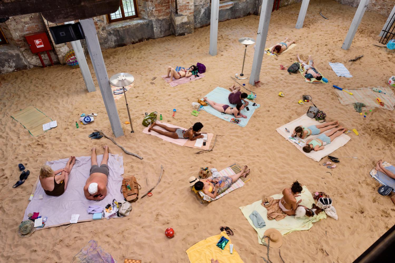 Sun and Sea (Marina), installáció. Rugilė Barzdžiukaitė, Vaiva Grainytė,  Lina Lapelytė. Velencei Biennále, Litván pavilon, 2019. Fotó: monopol.de