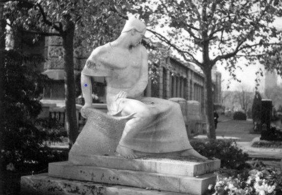 Ady köztéren, szobrokban