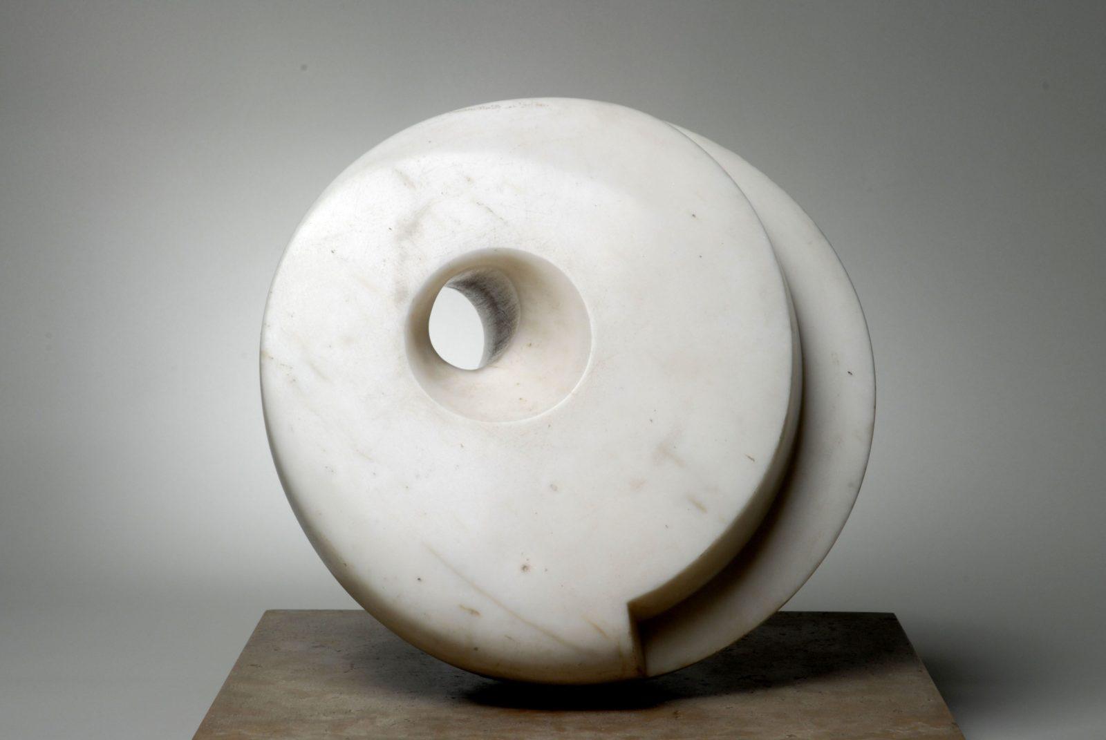 Nézz át a szobron! Barbara Hepworth munkássága Párizsban