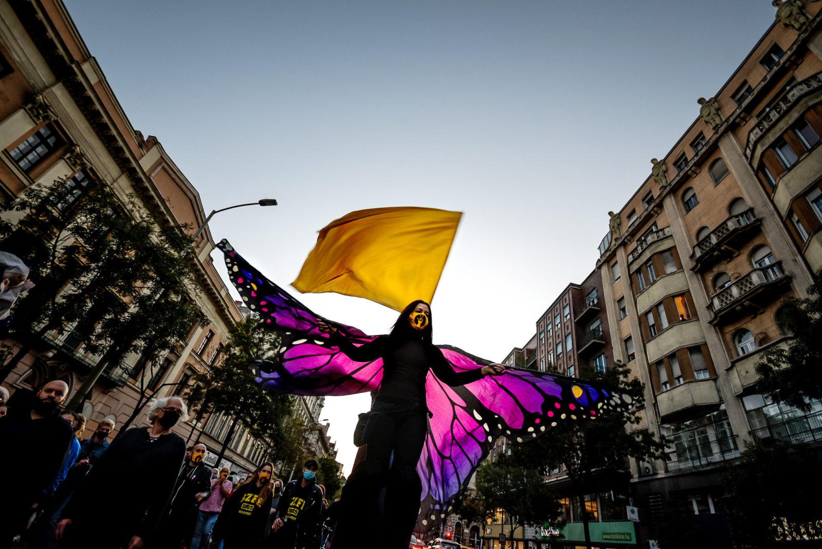 """""""Kulturált és kreatív ellenállás"""" – Beszélgetés a hétvégi, karneváli tüntetés szervezőjével"""