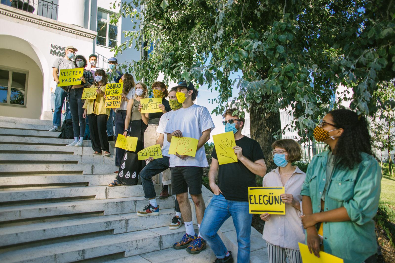 """""""Egy picit most mindenkinél betelt a pohár"""" – Szolidaritási flashmob a MOME-n"""