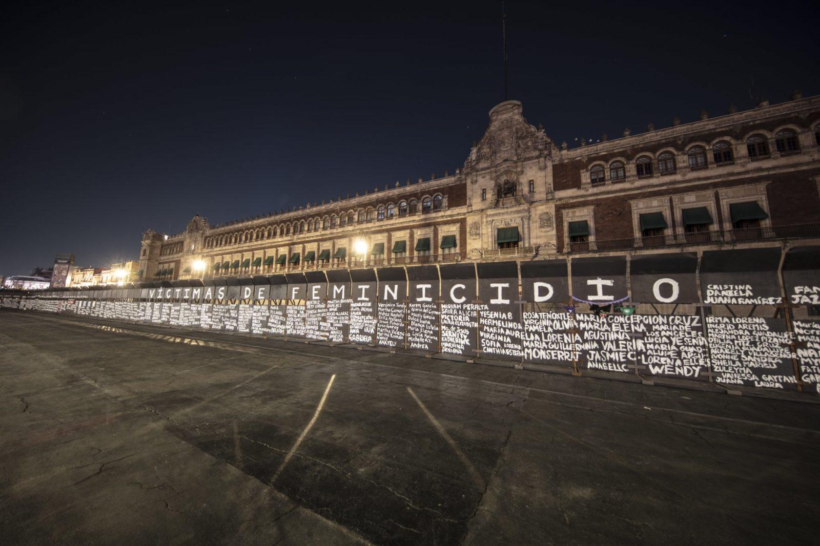 Női áldozatok nevét festették fel aktivisták a mexikói elnöki palota kordonjára